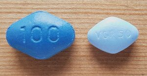 photo showing the difference between a sildamax and viagra pill